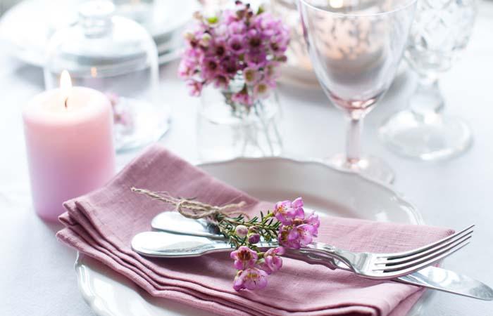 Jak usadzić gości przy stole weselnym?